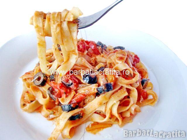 Paste cu sos de roşii şi măsline (tagliatelle)