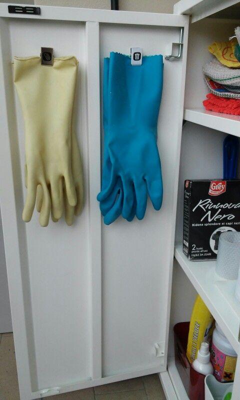 Calamite a pinza usate per tenere appesi i guanti nello sportello dell'armadietto delle pulizie