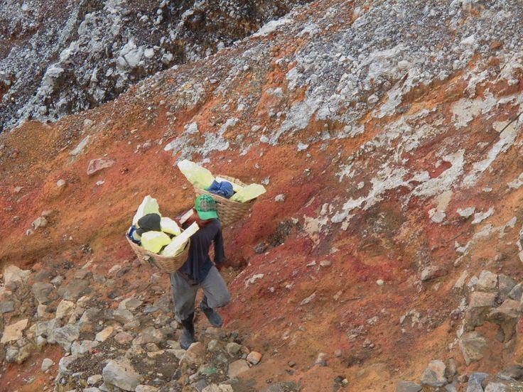 Minero en Kawah Ijen. Java. Indonesia