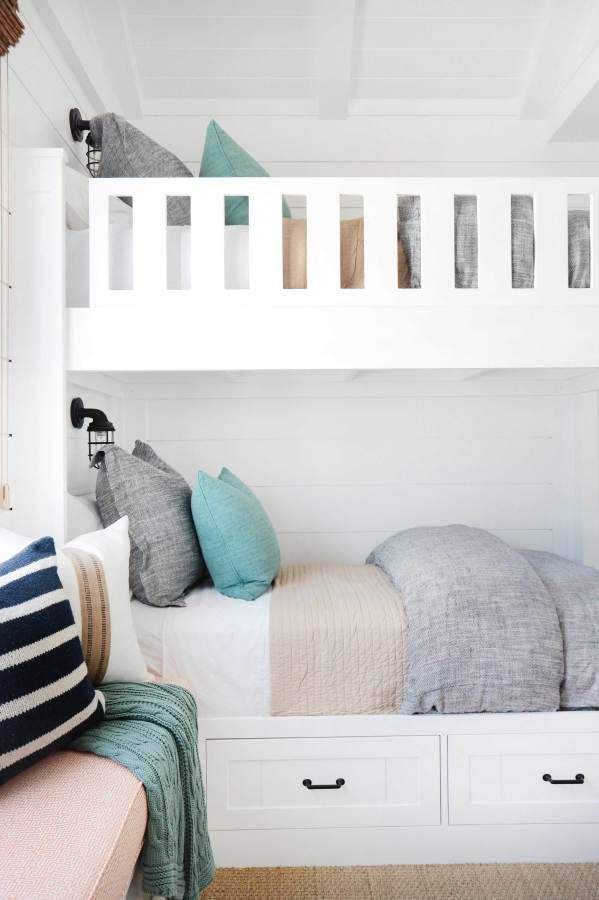 Beachy white bunk beds: http://www.stylemepretty.com/living/2016/05/19/a-newport-beach-abode-thatll-make-you-want-to-move-to-california/ | Photography: Tessa Neustadt - http://tessaneustadt.com/