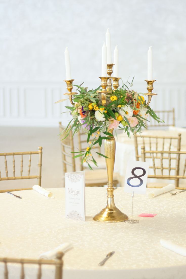 Sauvage, yet elegant table arrangement for those who love contrasts!