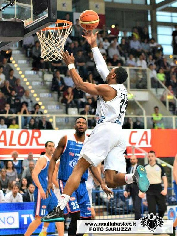Importante vittoria con finale da brivido per Aquila Basket Trento! #SerieABeko BasketItaly.it #CalzeGMteams #forzAquila  More info: http://goo.gl/Woq2Yd