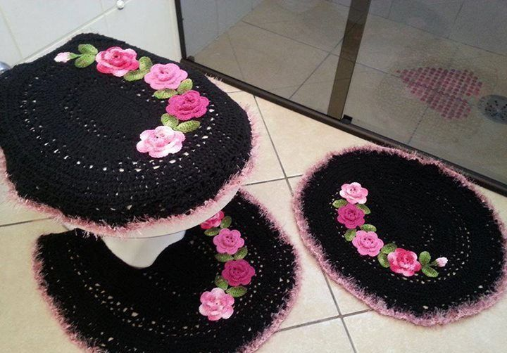 pembe gül motifli siyah tığ işi klozet takımı