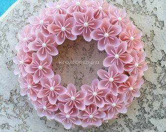 Origami Kusudama Papier Blumen Kranz!  Dieser schöne Origami-Blumen-Kranz wäre eine herausragende an der Haustür! Dies könnte als Herzstück, Kerze Dekor oder verwendet als Partei Dekor. Das wäre auch das perfekte Geschenk für einen besonderen Menschen! Die Möglichkeiten sind endlos!  Dieser Kranz schmückt 26 Blumen aus Sammelalbum Spezialpapier hergestellt, das in 3 x 3 in einem Blütenblatt kombiniert werden, um eine Blume zu machen dann gefaltet geschnitten sind. Die Spanne der Blume ist…