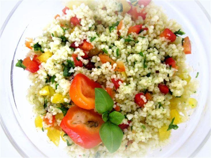 Sałatka kuskus z papryką ,pomidorem i bazylią - jak zrobić? Przepisy na sałatki WINIARY