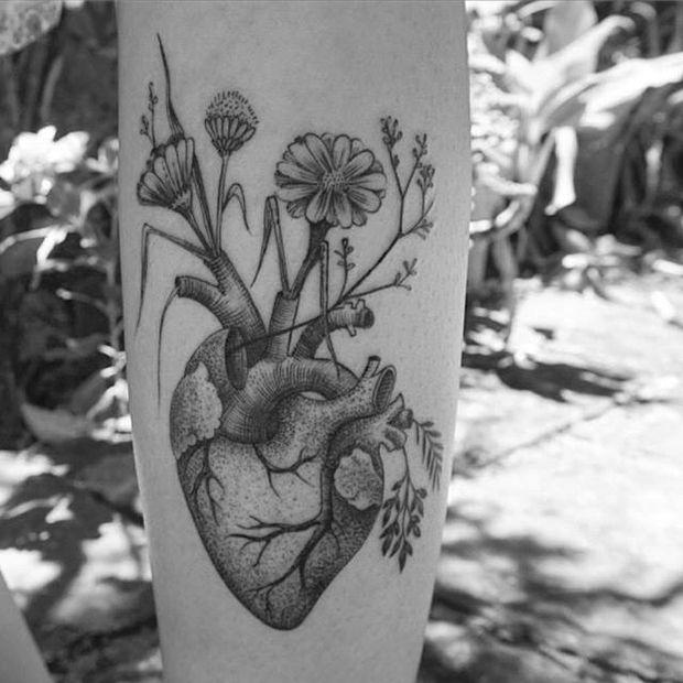 Nando Zevê tattoo coração flores