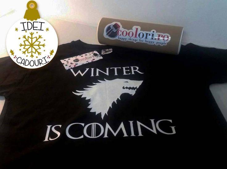 Alege sa oferi de Craciun un cadou inspirat. Daca nu stii ce cadou sa ii oferi prietenului, prietenei, iubitului, iubitei sau colegului tau, incearca un tricou cu un mesaj haios inspirat din Game of Thrones, respectiv mesajul Winter is Coming