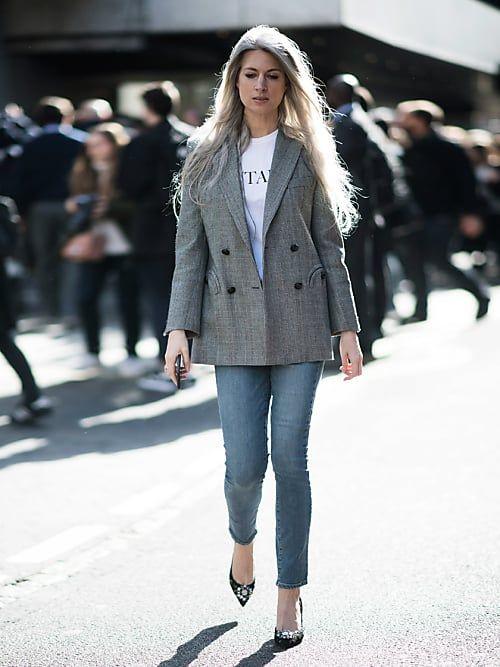 Fashion-Redakteurin Sarah Harris mit doppelreihigem grauen Boyfriend-Blazer