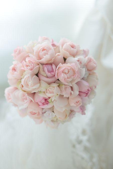 淡いピンク、バラをたくさん、お花たくさんのブーケ。直径18センチのミニラウンドです。改装されてから人気集中のパレスホテル東京様へのブーケでした。お揃いで生...