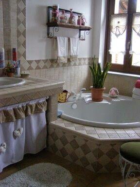 Tendina sotto lavello, tendine a vetro e asciugamani in stile shabby chic