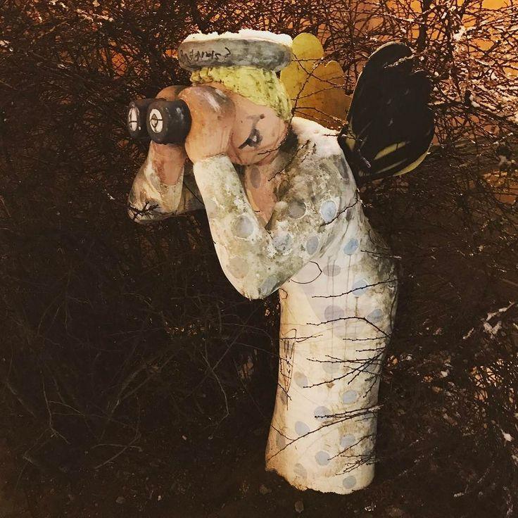 Peeping Tom Angel. #greifswalderstrasse #engel #angel #peepingtom #winter #winterdays #berlin #berlinstagram #spaziergang #goingforawalk #berlincity #prenzlauerberg #prenzlberg #schnee #snow #artlovers #spanner #fernglas #binoculars