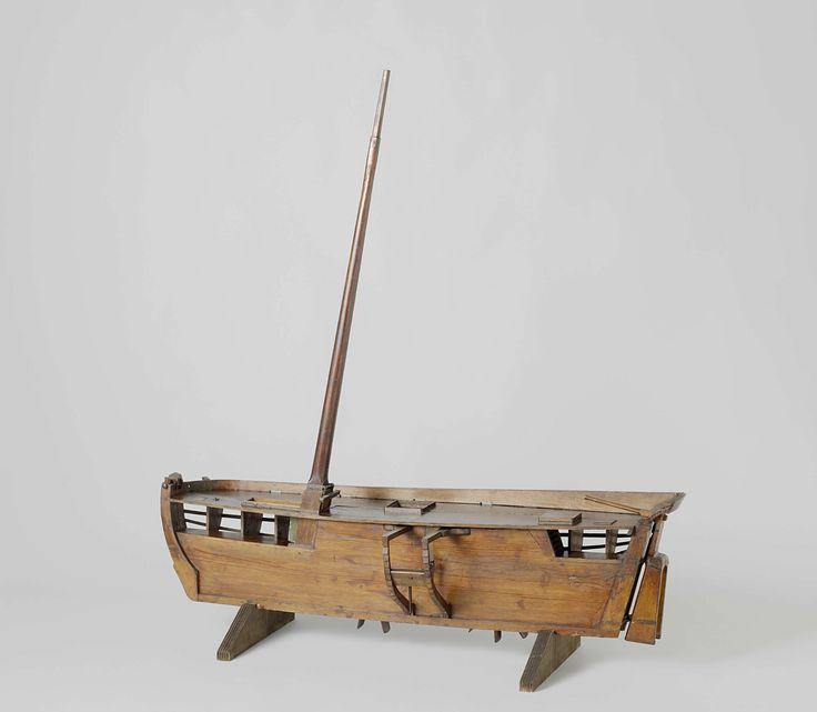 Anonymous | Model van een schip met raderwielen midscheeps, Anonymous, 1700 - 1820 | Schetsmodel van een schip met raderwielen midscheeps. Aan stuurboord is het model een nestmodel, aan bakboord zijn alleen twee grootspanten aangebracht. Het schip heeft twee dekken. In de lengte is het schip in twee helften verdeeld met onder een geul van voor- tot achtersteven, waarin twee achter elkaar geplaatste raderwielen en het raderwerk zijn geplaatst. Het mechaniek wordt aangedreven door een krukas…