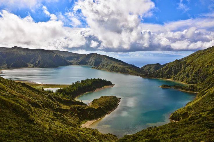 Foto: Lagoa do Fogo - Açores  A Lagoa do Fogo é uma das maiores lagoas dos Açores e a segunda maior da Ilha de São Miguel, e é classificada desde 1974 como reserva natural. O vulcão do Fogo dá forma ao grande maciço vulcânico da Serra de Água de Pau, localizado na zona central da Ilha de São Miguel. Toda esta zona é rodeado por uma densa e exuberante vegetação endémica. #Açores  #Portugal  Wikipédia.  Foto de Jwp1234