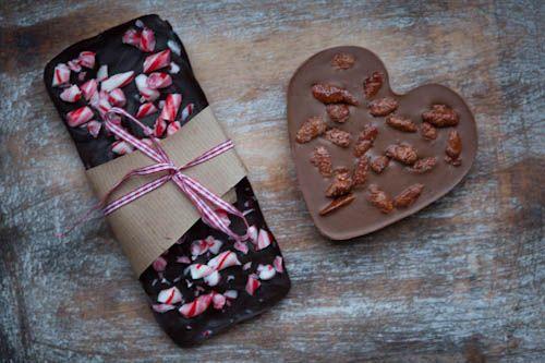 Eine kleine Aufmerksamkeit: Weihnachtsmarkt-Schokolade. Geht superschnell, ist individuell und macht trotzdem was her.