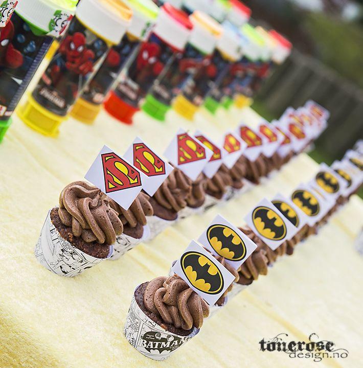 Supercute mini cupcakes for superhero party! Free printable on the blog =)   Supersøte minicupcakes til superheltparty!