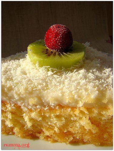 Dergilerimi karıştırırken rastladığım,görüntüsünden ziyade tadına bayıldığım sevgili arkadaşım urfatutkununun tabiriyle övdüğüm ve iyiki denemişim dediğim tariflerden bir tanesi, ismi ile müsemma kusursuz pasta.. Sanırım kekinin pasta keki (pandispanya) olması sebebiyle pasta ismini almış aslında daha çok şerbetli bir tatlıyı hatta ekmek kadayıfını andırıyor. Malzemeler: Kek için: 3 yumurta 3 kahve fincanı şeker 3 kahve fincanı …