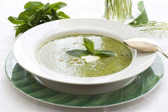 Зеленый крем-суп из шпината и мяты с паприковым маслом
