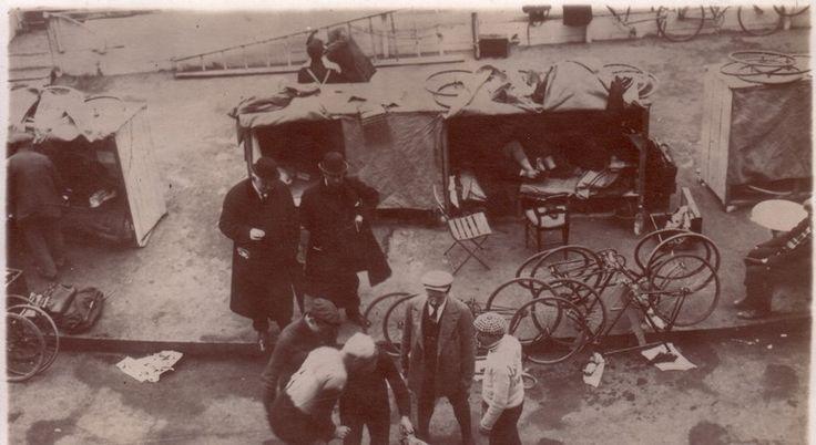 """La foto nel cassetto 2 -  """"Il fascino della sei giorni""""...le cuccette... (Parigi 1920-25) - #1920 #ciclocollection #lafotonelcassetto #museo"""