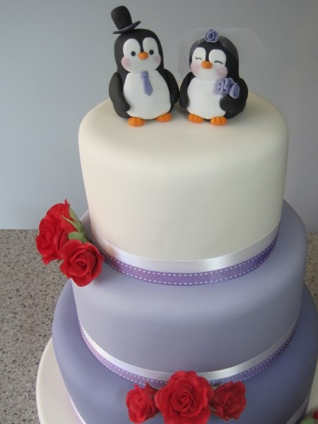 Purple wedding cake fondant Penguin wedding couple.  Paarse bruidstaart met fondant Pinguin bruidspaar