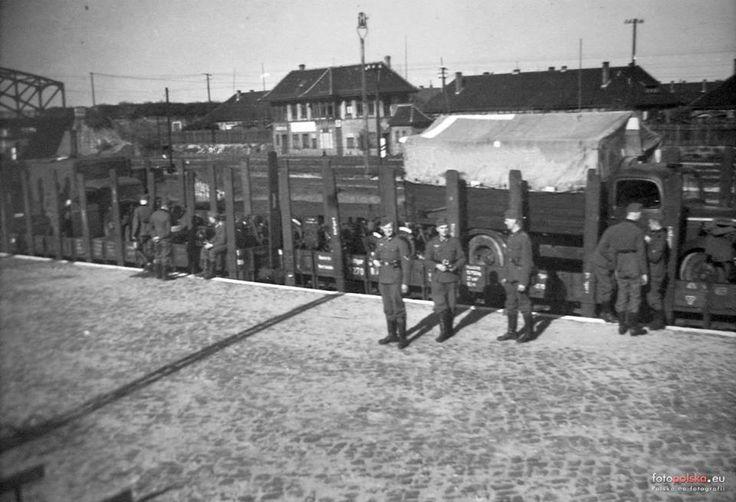 """Gdańsk Wrzeszcz/Langfuhr  Lata 1940-1944 , Rampa załadowcza przy ul. Dmowskiego. W głębi budynek nastawni Wr a po jej bokach domy przy ul. Nad Stawem (z lewej nr 1B, z prawej 1C). Widoczny wiadukt po lewej jest w ciągu ul. Kościuszki. Rampa była także w dyspozycji jednostki """"Niebieskich Beretów"""" z ul. Słowackiego, zanim ją rozformowano."""