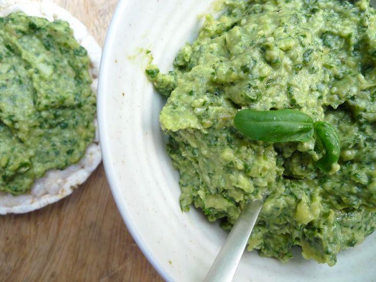 Dit is een heerlijke pesto met avocado. Daardoor hoef je maar weinig olijfolie te gebruiken, wat de pesto  een stuk 'slanker' maakt.    http://degezondekok.nl