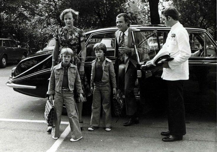 La reina Margarita y su marido, el príncipe Enrique, recogen a los pequeños Federico y Joaquín del colegio.