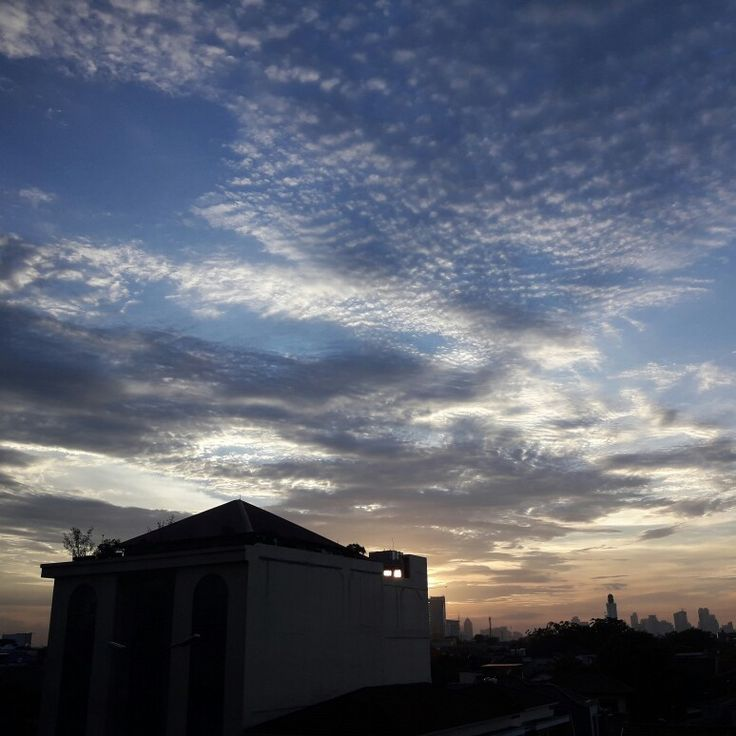 Langit Cawang sore jelang maghrib..abu abu menguning..  #lantai8rabu08maret2017