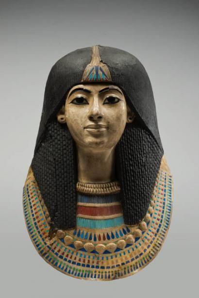 Masque de momie, fin 18e dynastie. Origine inconnue, de l'ancienne collection de Léopold II, bois, lin et stuc, 49x30 cm.