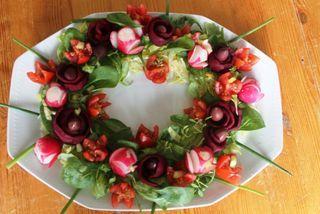 χριστουγεννιάτικες σαλάτες Χριστούγεννα σαλάτες ιδέες για Χριστουγεννιάτικες σαλάτες διακόσμηση χριστουγεννιάτικη tips Κόψτε μόνες σας σε σχέδια, παντζάρια, ραπανάκια, ντομάτες, αγγουράκι και κάντε ένα στεφάνι σαλάτας δημιουργώντας με τη φαντασία σας.
