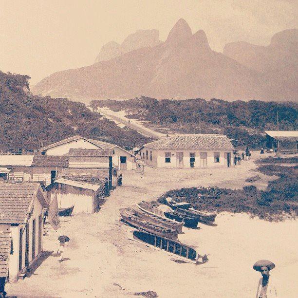 Copacabana, zona sul da cidade do Rio de Janeiro, 1895. Na fotografia de Marc Ferrez, estamos próximo onde hoje é o posto 6, observamos o bairro quando ainda era uma vila de pescadores. A rua que aparece, ainda de terra batida, é a rua Francisco Otaviano em direção a Ipanema.