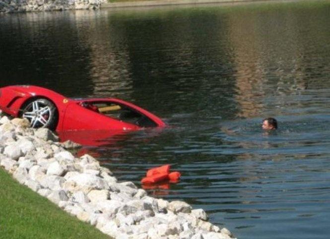 Ferrari California, incidente bagnato nella baia di San Francisco