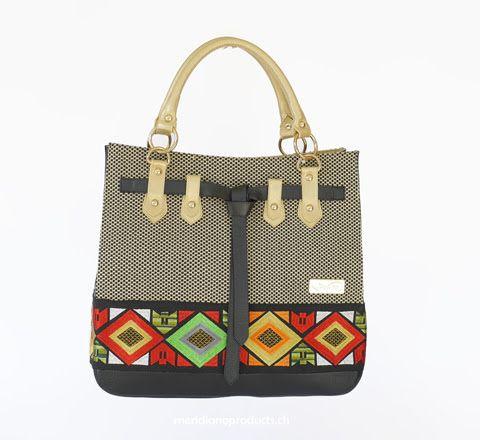HANDTASCHE ROMBI DORADO Mode trifft auf Kunsthandwerk. Die Tasche ist farbenfroh, expressiv und sticht sofort ins Auge. Eine erfrischende Kreation, die dazu sehr viel Platz bietet. Kräftiges, weiches Nappa-Rindsleder und exklusiv handgearbeitete Stoffteile. Die ideale Begleiterin für jede Jahreszeit!
