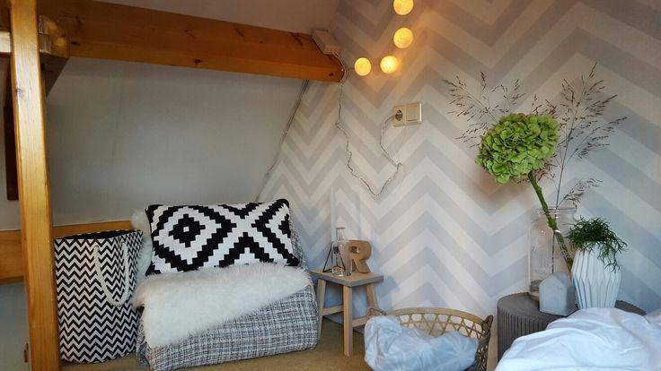 My room! #ArtofLiving #behang #zigzag #grijswit