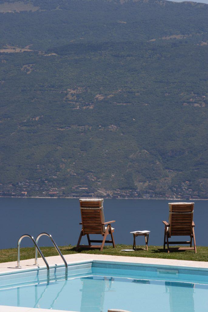 Entspannen Sie am Pool mit Blick auf den See