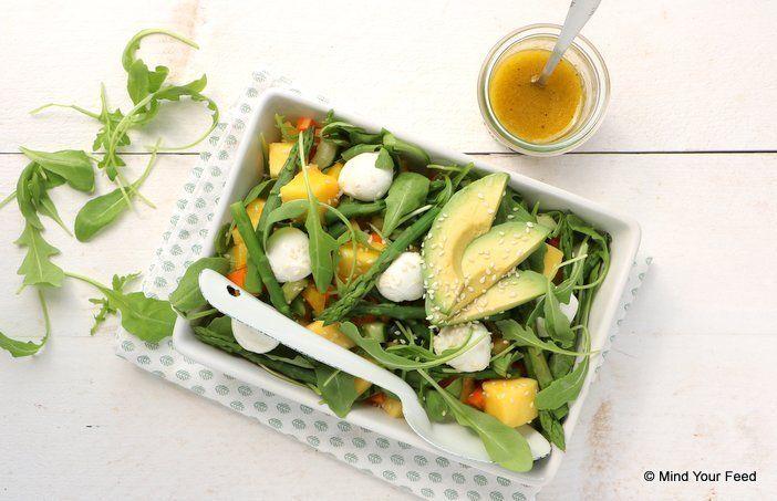 Salades zijn al snel standaard en niet heel inspirerend. Om je een beetje te helpen met wat afwisseling, delen we deze lekkere salade met asperges en mango.