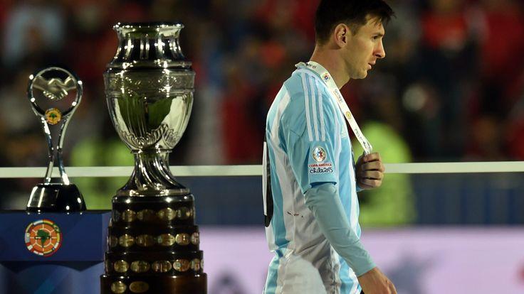 Messi resignado con su medalla de segundo lugar en la Copa América  4.7.15