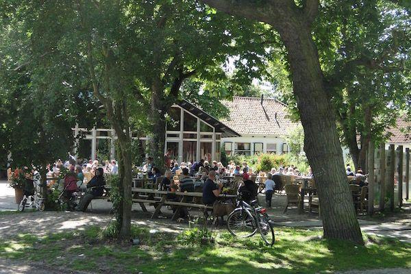 https://www.fijnuit.nl/blog/10-redenen-om-het-monkeybos-te-bezoeken In het zeer sfeervolle restaurant Meijendel kun je heerlijk binnen aan een knapperend vuurtje of buiten op het terras zitten en genieten van een lekker ontbijt, lunch, diner of snack