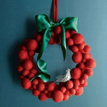 赤×グリーンクリスマスらしいカラーリング。 大小のフェルトボールを使って大きさのコントラストを出してます。