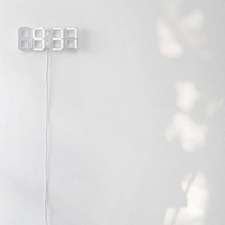 Die 'White & White' Uhr von Vadim Kibardin ist eine moderne 3D-Interpretation der traditionellen Digitaluhr: An der Wand oder als LED-Schreibtisch-Uhr mit weißen Rahmen. Hier entdecken und kaufen: http://sturbock.me/xxx