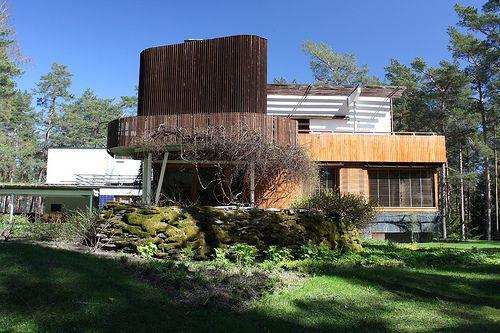 Alvar Aalto, Villa Mairea, Noarnarkki, 1938-39. Zespolenie sztuki i architektury, dom na polanie w lesie, ocieplenie wnętrza, strefowanie funkcjonalne, duża przestrzeń pokoju dziennego, organiczna architektura jako wpisanie się do ekosystemu, sauna na zewnątrz, wtapianie sięw otoczenie, człowiek+przyroda+sztuka, materiał lokalny-drewno+kamień+szkło+ceramika, horyzontalna architektura, wnętrze-naturalna oprawa dla ekspozycji rzeźb i obrazów, dyskretne wnętrze, drewno na podłodze i suficie