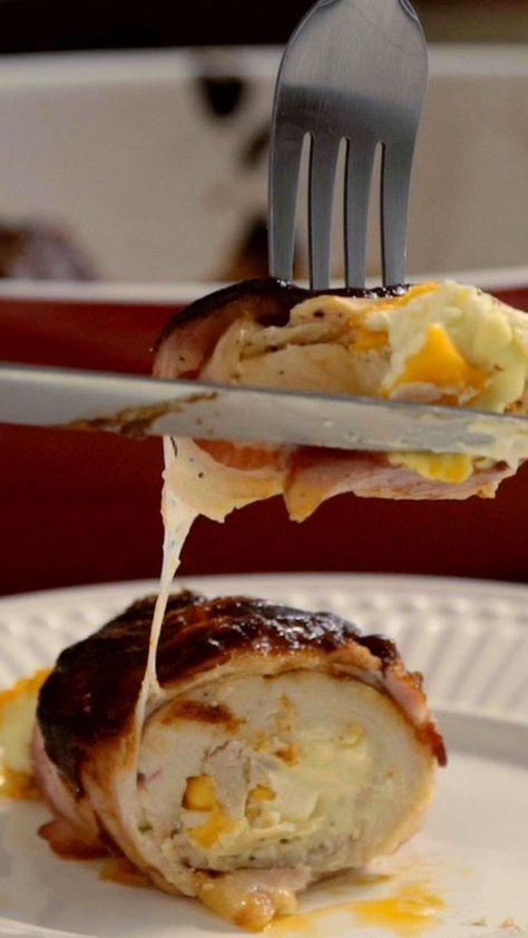 Receita com instruções em vídeo: Essa receita de frango recheado ao molho barbecue é simplesmente divina.  Ingredientes: 6 bifes finos de filé de frango, Sal a gosto, Pimenta preta, 100g de cream cheese, 100g de queijo cheddar picado, 12 fatias de bacon, 1 xícara de molho barbecue