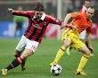 Milán 2-0 FC Barcelona | El delantero del AC Milan, Sulley Muntari (c), celebra con sus compañeros el segundo gol conseguido ante el FC Barcelona, durante el partido de ida de los octavos de final de la Liga de Campeones. [20.02.13]