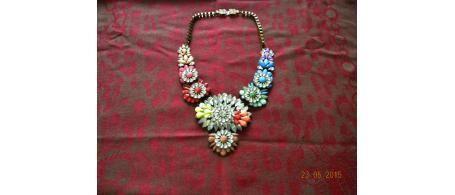 Bellissima e coloratissima collana con motivi floreali simile al modello shourouk, rifiniture di rilievo ottima da indossare su abbigliamento sportivo, ed elegante. Vai su community.bexb.it