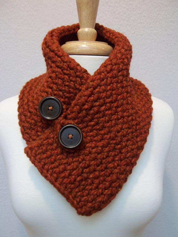 Cheminée tricotés rouille/Burnt Orange boutonné écharpe Scarflette cadeau pour elle.    Veuillez noter : boutons peuvent varier    Ce luxueux capot chunky de métier à tisser-tricot a été tricoté avec une laine dagneau mélangé épais et fils acryliques. Il a un rouleau souple, délibéré en haut et en bas de lécharpe et peut être porté de plusieurs façons en utilisant les deux boutons en bois comme une fermeture, sécurisée par une boucle amovible bouton élastique crocheté. Chaud et douillet, il…