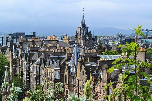 Эдинбург. Впервые о древней столице Шотландии упоминается в VI веке н.э. В XI веке здесь был возведен Эдинбургский замок, который достраивался и расширялся до 1927 года. Эдинбург располагается среди вулканических холмов и делится на Старый и Новый город.  «Королевская миля», Эдингбургский замок, дворец Холирудхаус, улица «Принцес стрит», скала «Трон короля Артура», Гланд-Стоун-Лэнд, статуя Вальтера Скотта и его собаки Маиды.