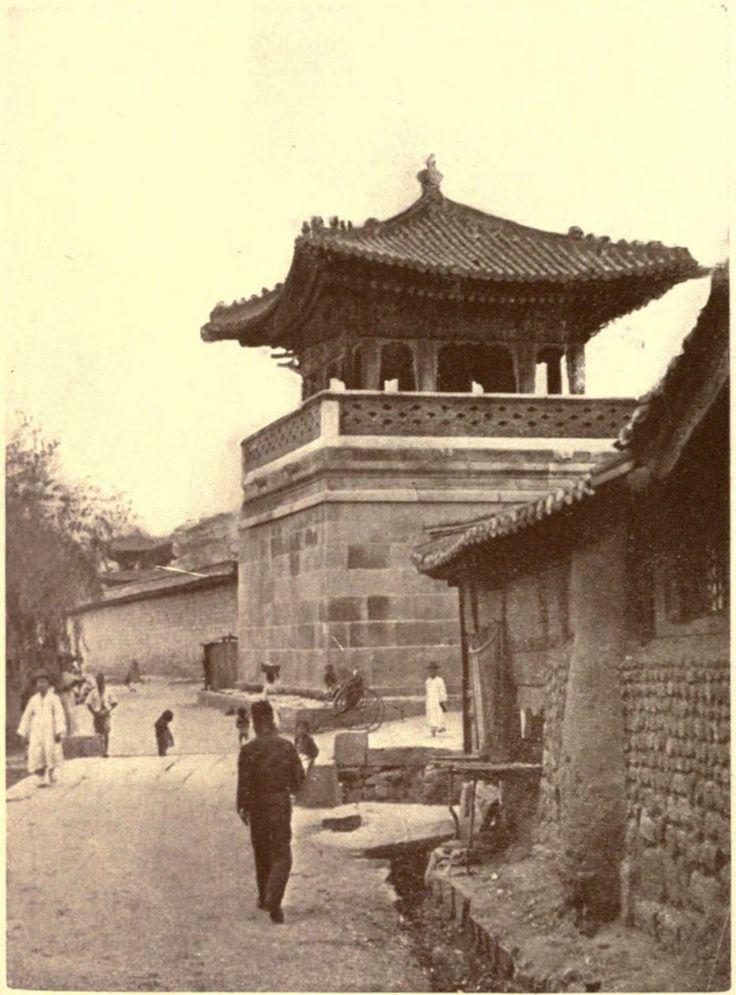 1904년 동십자각.  오른쪽 보이는 골목으로 올라가면 삼청동 가는길.