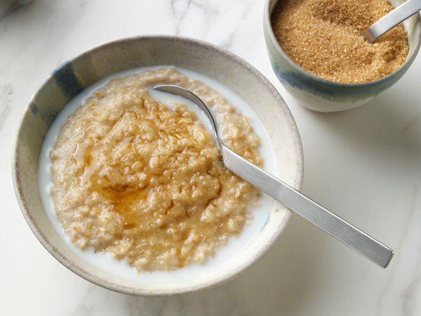 Anne sütünü artıran 3 mükemmel tarif 2- Sütlü yulaf  Malzemeler  Süt Yulaf ezmesi Orman meyveleri Tarçın  Hazırlanışı  1 bardak süt (200ml) ve 6 kaşık yulafı yapışmaz tavada karıştırarak pişirin. Yulaf, sütü çekince tarçın ilave edip ocaktan alın. Orman meyveleri ile süsleyin.
