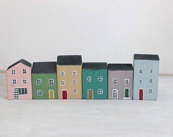 Holzhäuser, Schnitt und handbemalt. Jedes Haus ist ein Unikat, aus Fichtenholz, Malerei für das rustikale Aussehen nicht zu entfernen sind und mit Acrylfarbe mit Wasser gemalt wurden Ideal platziert werden ausgerichtet, um ein kleines Dorf auf einem Regal oder auf den Möbeln zu schaffen. Setzen Sie kleinen Hauch von Farbe, Zimmer einzeln auf originelle Weise geben .. und warum nicht ihr zu Weihnachten bekommen? Toll als Geschenk werden Stücke von Handwerk mit Herz Die Dekorationen werden…