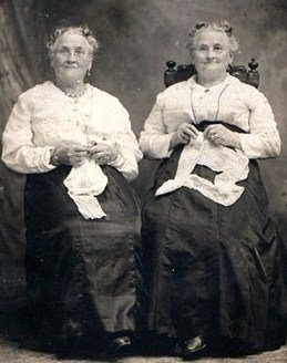 As Mom to Monozygotic girls, it's interesting to see photos of other MZ twins at various ages and times.