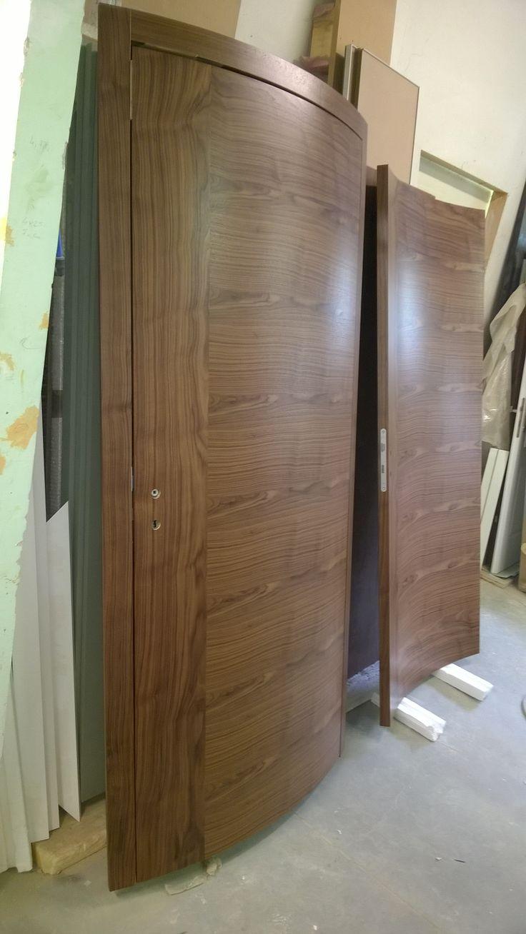 Curved flush door with american nut veneer - ívelt, síkban záródó amerikai dió furnéros ajtó, intarziával.
